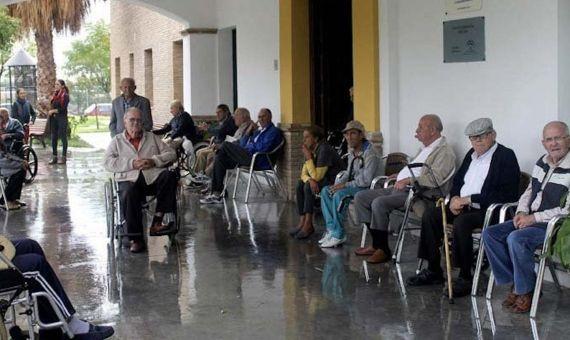 El traslado de ancianos de una residencia madrileña provoca un segundo brote