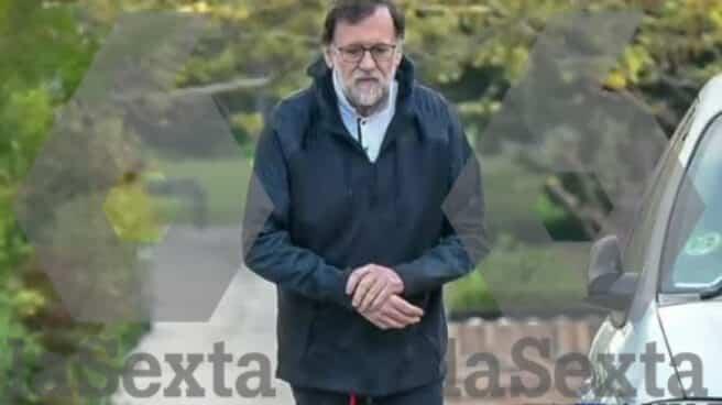 El ex presidente del Gobierno Mariano Rajoy, paseando en las inmediaciones de su domicilio de Madrid.