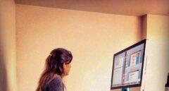 El teletrabajo lleva a las mujeres a dedicar más tiempo al cuidado y a los hombres, a estudiar