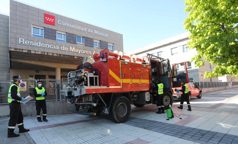 Militares de la UME, a las puertas de una residencia de mayores de la Comunidad de Madrid para proceder a su desinfección.