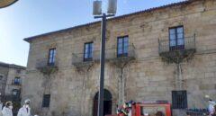 Bomberos y agentes medioambientales, preparados para desinfectar la residencia de mayores de Vinuesa (Soria).