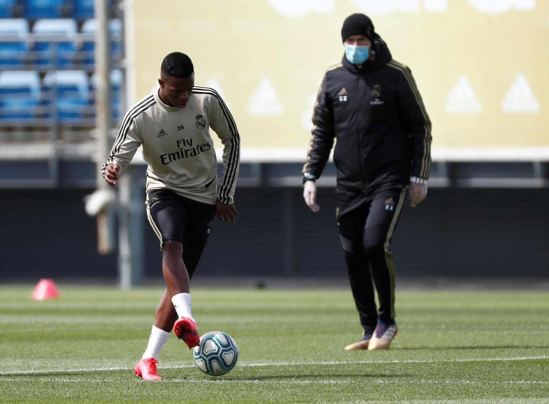 Vinicius y Zidane, con mascarilla, durante el primer entrenamiento del Real Madrid tras el confinamiento