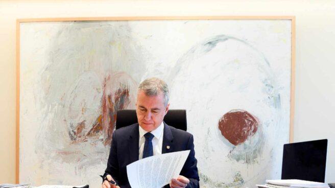 El lehendakari, Iñigo Urkullu, firma el decreto de elecciones para el 12 de julio.
