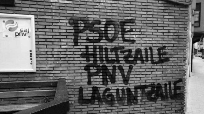Pintadas en apoyo a Patxi Ruiz realizadas en una sede del PNV.