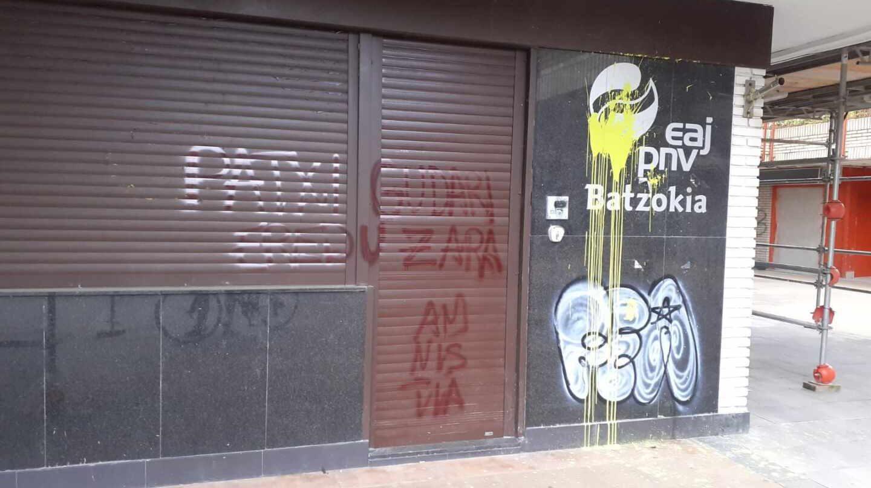 Batzoki del PNV del barrio de Altza, en San Sebastián, atacado en apoyo al preso de ETA, Patzi Ruiz.
