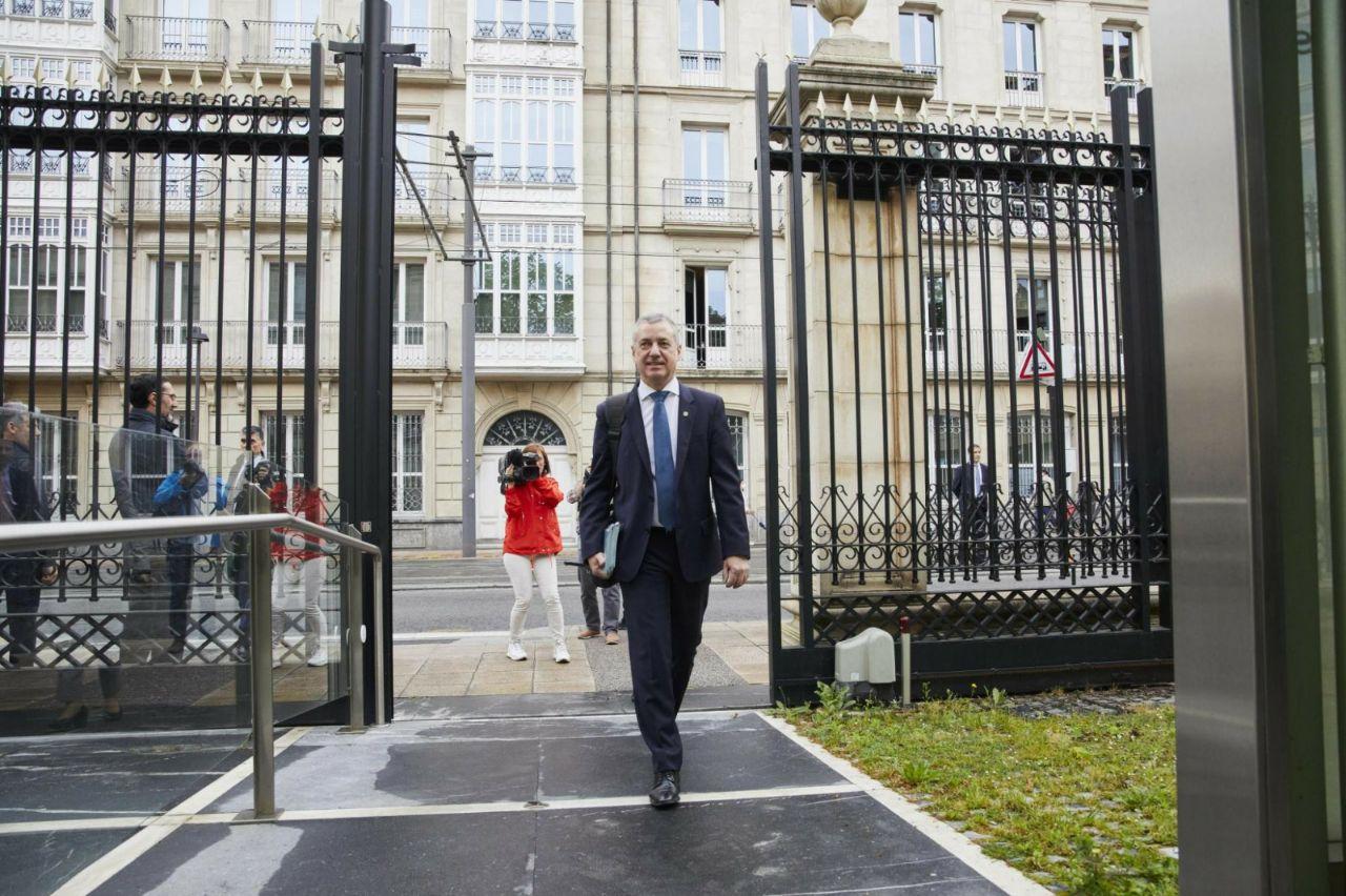 El lehendakari Iñigo Urkullu accede al Parlamento Vasco.