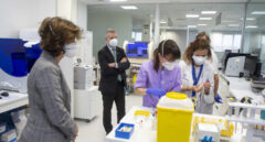 La consejera Nekane Murga, junto al lehendakari Iñigo Urkullu, observan a técnicos de laboratorio de un hospital.