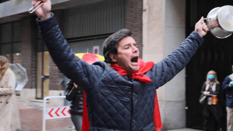 Un hombre con una cacerola protestando contra Pedro Sánchez en la calle Núñez de Balboa de Madrid