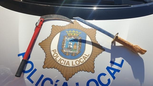 Conduce por Santander sin seguro de vehículo y con una katana bajo el asiento y una hoz oculta en el maletero
