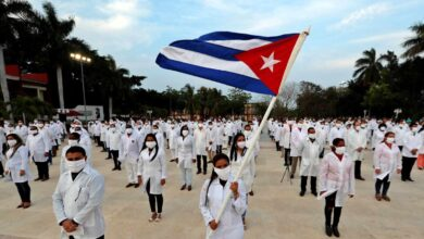 Médicos cubanos S.A. en lucha contra el coronavirus, la Revolución con estetoscopio