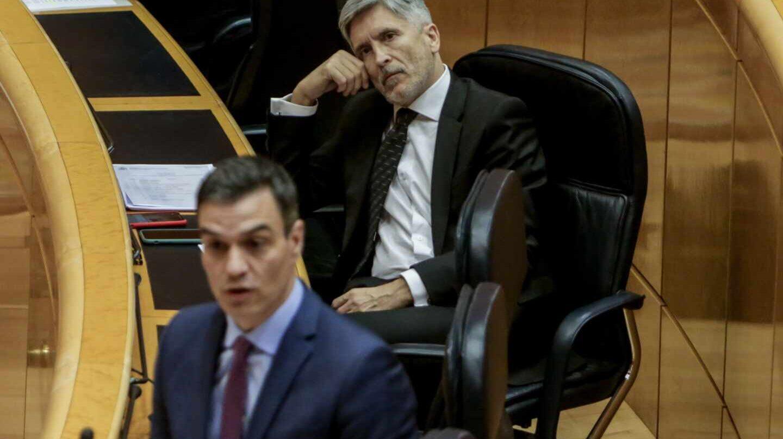 Pedro Sánchez y el ministro Grande-Marlaska, en un pleno del Senado.