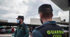 Una pareja de guardias civiles, en labores de control de movimiento durante el estado de alarma.