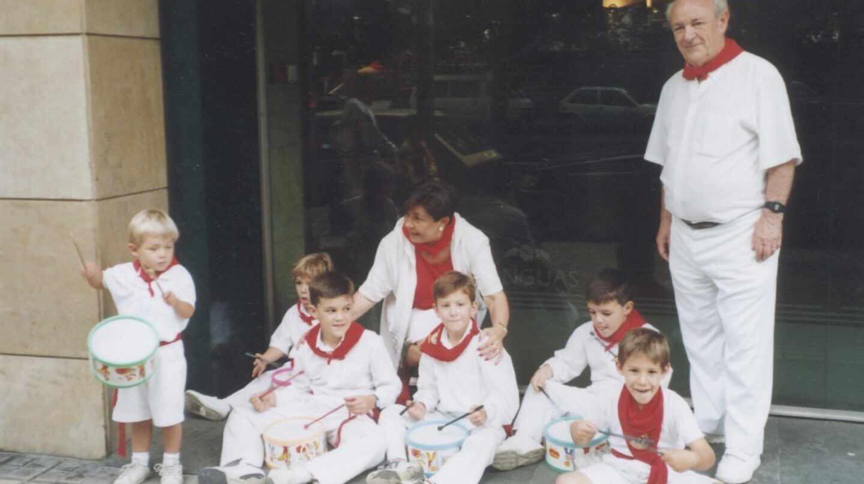 Tomás Caballero y su mujer, Pilar, junto a sus nietos durante los últimos Sanfermines.