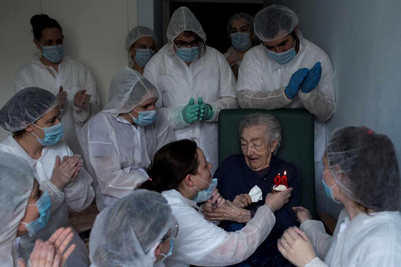 Las trabajadoras de la residencia San Carlos de Celanova (Orense) celebran el cumpleaños de Elena Pérez, de 98 años.