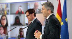 Fernando Grande-Marlaska, junto al ministro de Sanidad, en una comparecencia en La Moncloa.