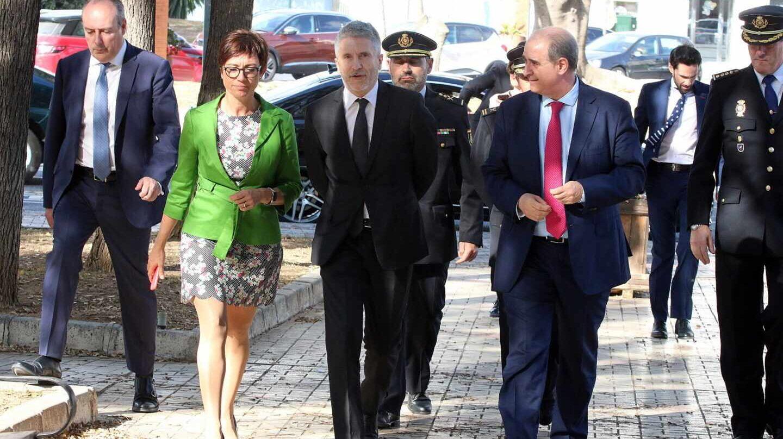 El ministro Grande-Marlaska, flanqueado por María Gámez y el director de la Policía Nacional.