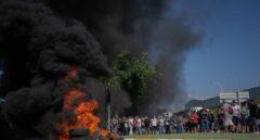 Los trabajadores de Nissan inician su 'lucha': corte de carreteras y quema de neumáticos