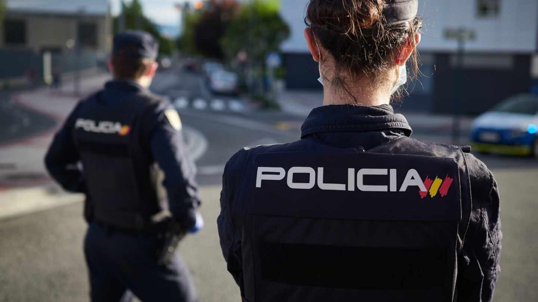 Una pareja de policías nacionale, en un control de tráfico durante el confinamiento.