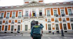 Un guardia civil, durante un minuto de silencio ante la sede de la Comunidad de Madrid.