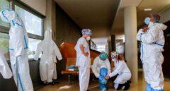 Personal sanitario se prepara para hacer una visita domiciliaria en El Prat de Llobregat (Barcelona).