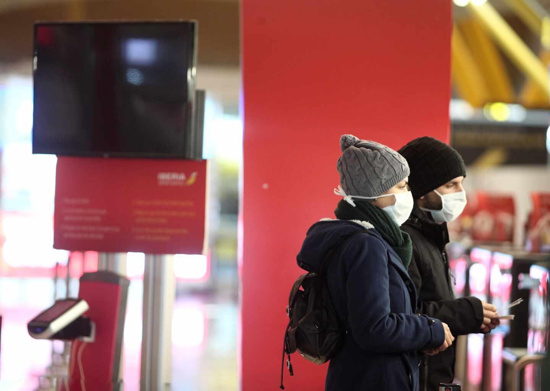 Pasajeros en el aeropuerto de Madrid-Barajas con mascarillas.