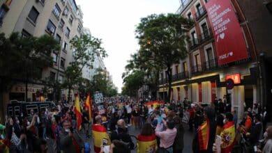 Cientos de personas piden la dimisión de Sánchez ante la sede del PSOE