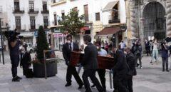El féretro de Julio Anguita llega entre aplausos al Ayuntamiento de Córdoba