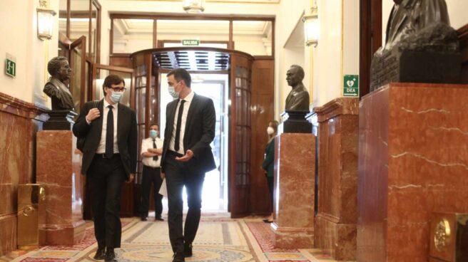 Pedro Sánchez y el ministro de Sanidad, Salvador Illa, esta semana en los pasillos del Congreso.