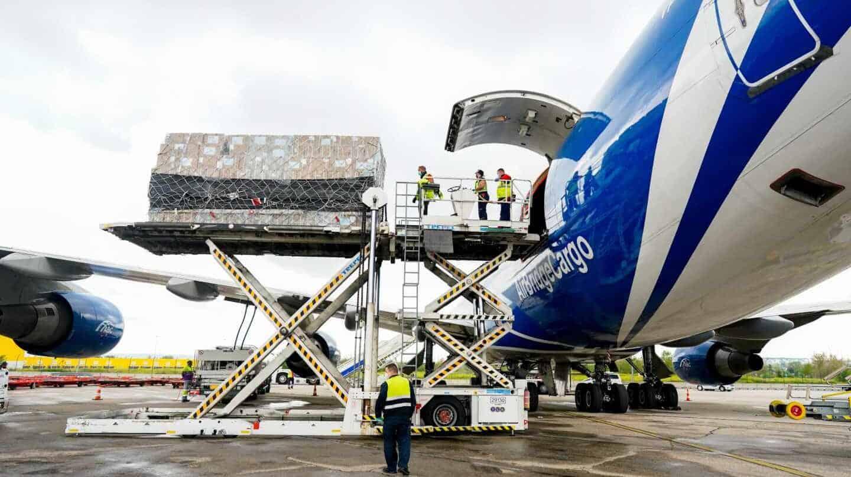 Descarga de material sanitario de un avión, procedente de China, en el aeropuerto Madrid-Barajas.