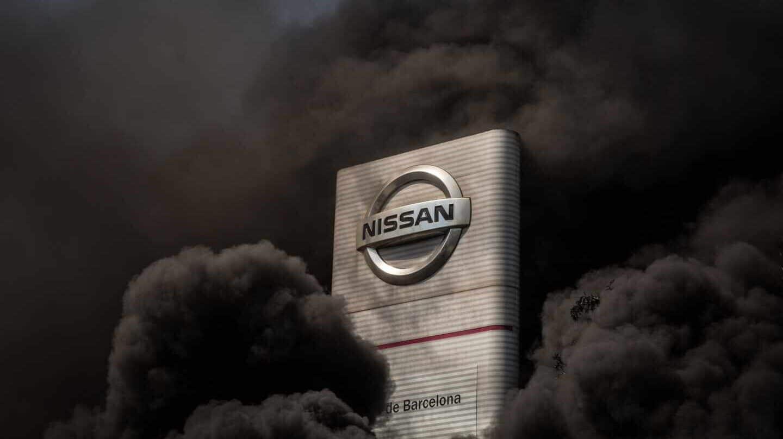 Quema de neumáticos frente a la planta de Nissan en Barcelona en protesta por el cierre.