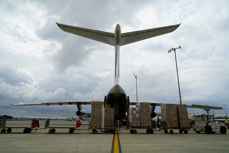 Descarga de material sanitario de un avión en el aeropuerto de Palma a finales de marzo.