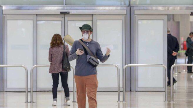 Un pasajero con mascarilla en el aeropuerto de Madrid-Barajas.