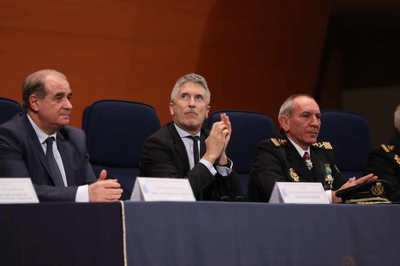 El ministro Grande-Marlaska, flanqueado por Pardo Piqueras y José Ángel González.