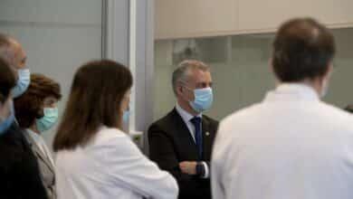 """Sanitarios reciben al grito de """"¡fuera, fuera!"""" a Urkullu durante su visita al Hospital de Cruces"""