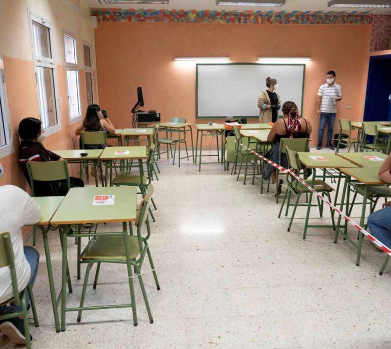 El plan de Celáa para 'la vuelta al cole' obligará a contratar a miles de profesores interinos