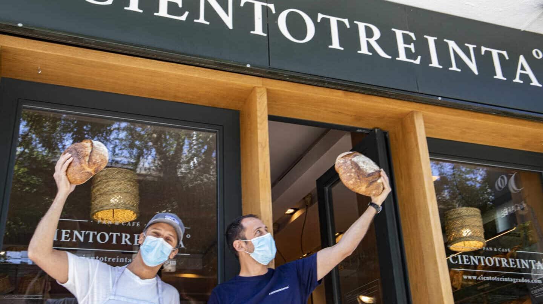 Los hermanos Alberto y Guido, en la puerta de su obrador en Madrid