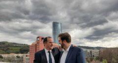 El candidato a lehendakari, Carlos Iturgaiz, junto al líder de Ciudadanos en el País Vasco, Luis Gordillo, durante la presentación de la coalición PP+Cs.