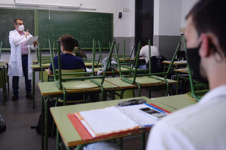 Los alumnos de bachillerato del Instituto Julián Marías retoman este lunes las clases para la preparación de la EBAU, con las medidas de seguridad que requiere la fase 2 establecidas por el gobierno en Valladolid.