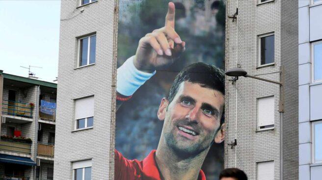 Un enorme mural de Djokovic en un edificio de Belgrado