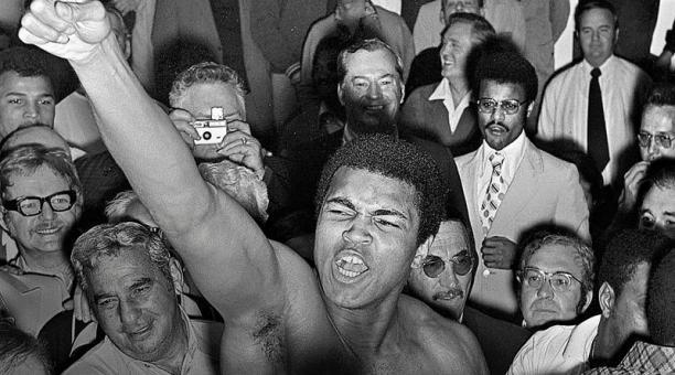 Muhammad Ali rodeado de periodistas y seguidores en 1973, tras su pelea con Joe Bugnerm en Las Vegas