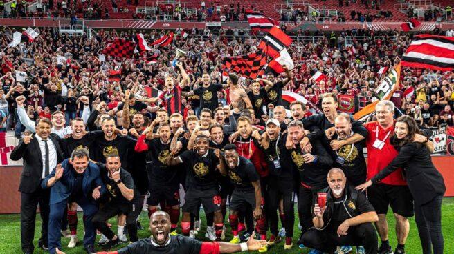 El Honved húngaro celebra con sus aficionados el título de Copa conquistado el miércoles