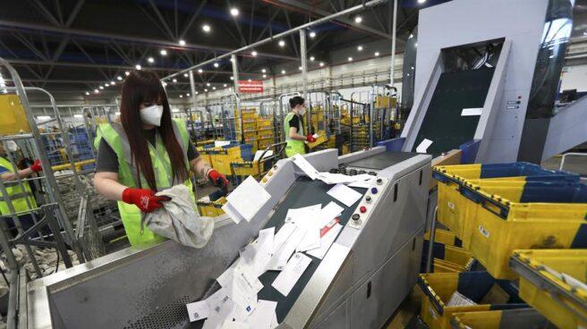 Una empleada de Correos clasifica parte de los envíos.