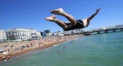 Galería | Miles de bañistas abarrotan la playa de Brighton en plena 'desescalada' en Reino Unido