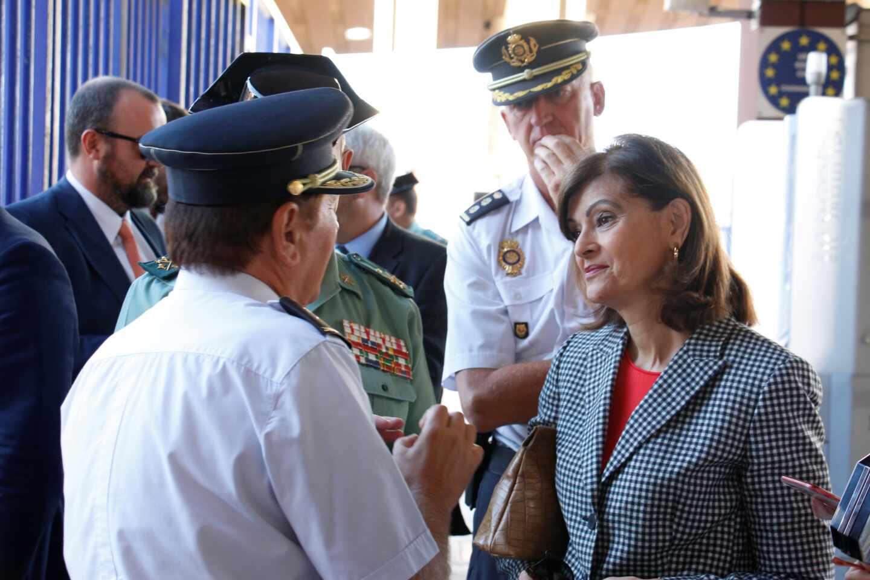 Ana Botella conversa con policías y guardias civiles en una visita a Melilla durante su etapa como secretaria de Estado de Seguridad.