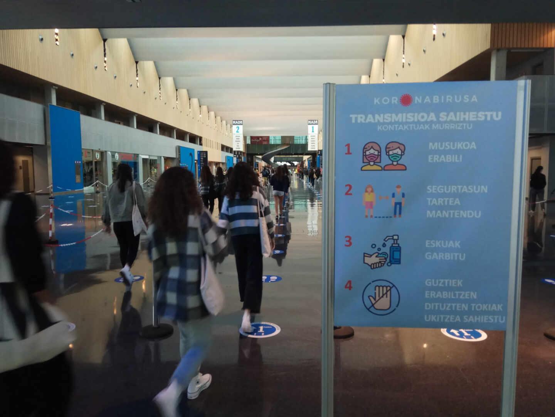 Varios alumnos acceden al pabellón del BEC siguiendo las normas establecidas y a través de los pasillos señalizados.