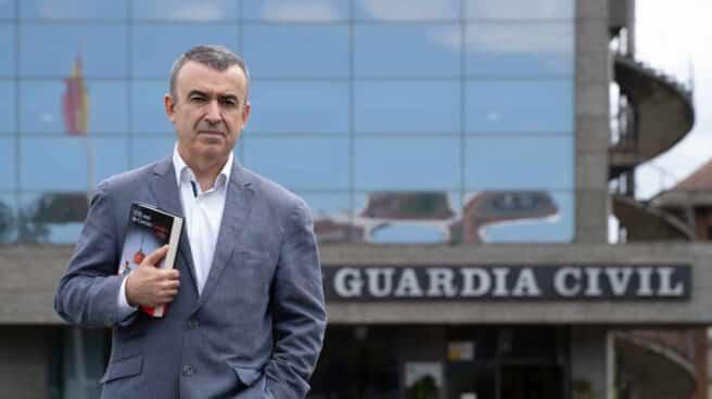Lorenzo Silva, junto al acceso a uno de los edificios del cuartel de Intxaurrondo en San Sebastián, presenta su nueva novela, 'El mal de Corcira'.