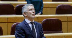 El ministro del Interior, Fernando Grande-Marlaska, guardando un minuto de silencio al inicio del pleno del Senado este martes.