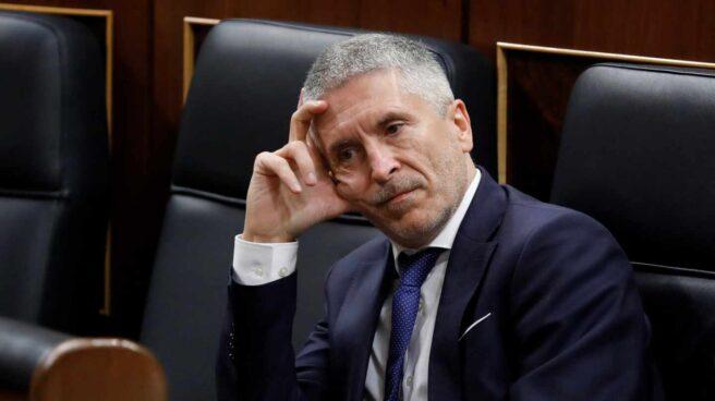 El ministro del Interior, Fernando Grande-Marlaska, consulta su móvil este miércoles en el Congreso.