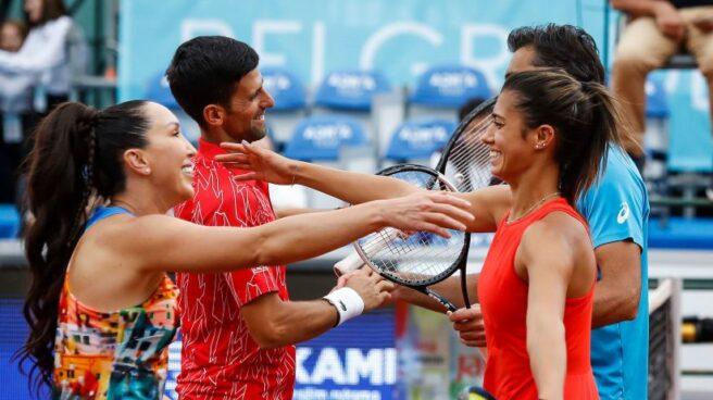 Djokovic abraza a otros tenistas durante la exhibición