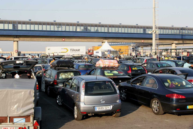 Vehículos en el puerto de Algeciras a la espera de embarcar rumbo a África en una imagen de archivo.